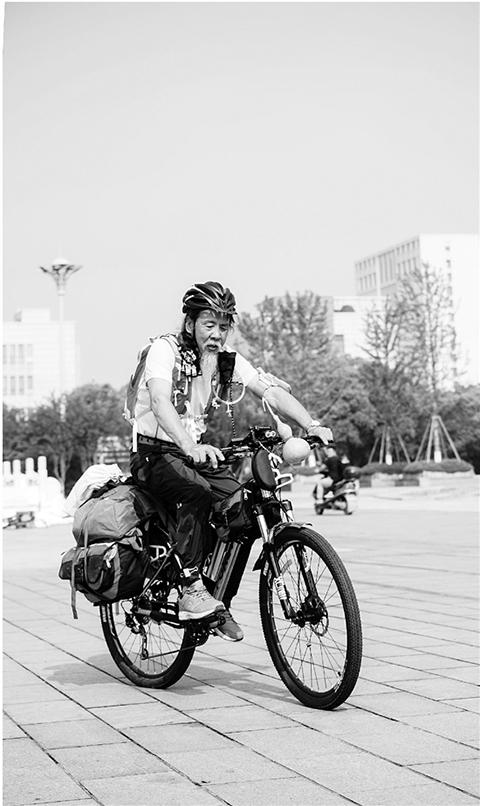 """社会资讯_70岁老汉""""千里走单骑""""5年骑行超过4万公里 - 社会资讯 - 中廉 ..."""